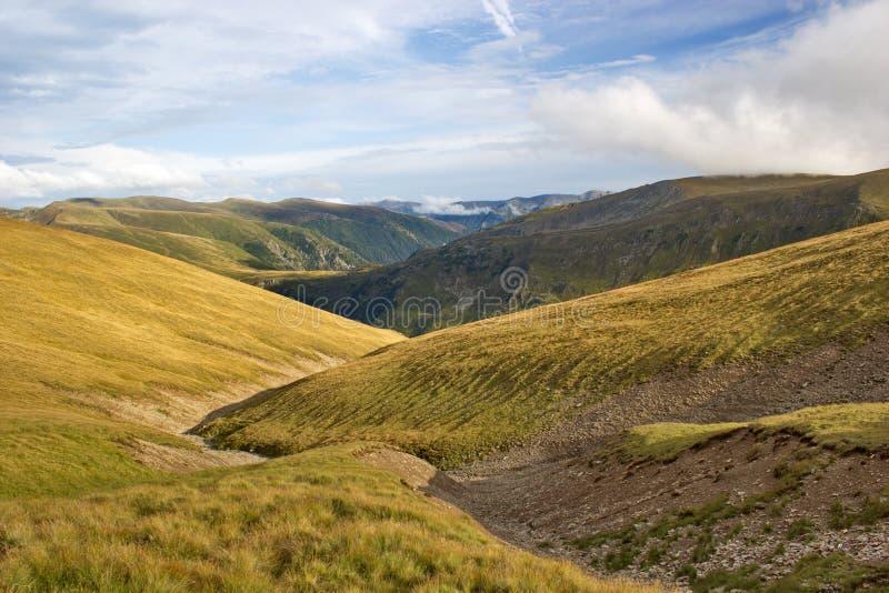 Trajeto longo do ziguezague entre montes, montanhas de Fagaras, Romênia imagem de stock royalty free