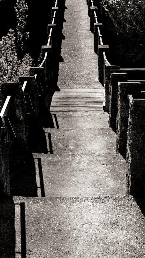 Trajeto na ponte preto e branco fotografia de stock