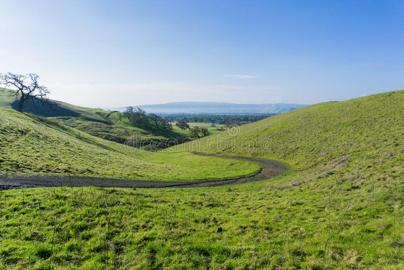 Trajeto nos montes verdes e nos vales do lago coyote - Harvey Bear Park, Morgan Hill, Califórnia imagens de stock