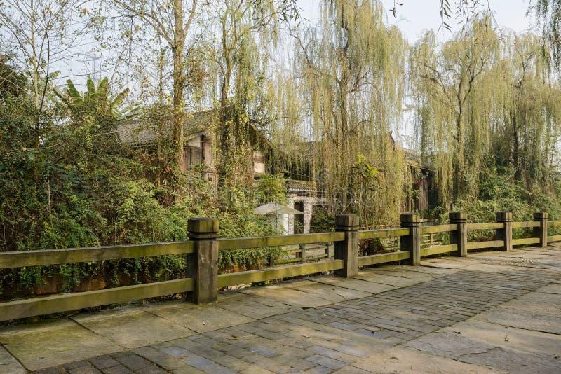 Trajeto protegido do beira-rio na cidade antiga pequena no meio-dia ensolarado do inverno fotos de stock royalty free