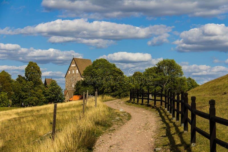 Trajeto que conduz a uma casa velha da exploração agrícola em Gamla Upsália, Suécia fotografia de stock