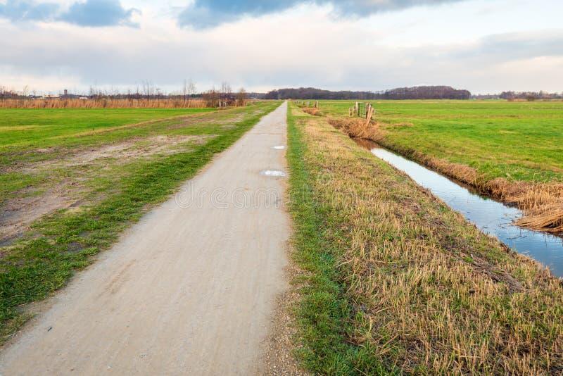 Trajeto reto convenientemente infinito em uma paisagem rural imagens de stock