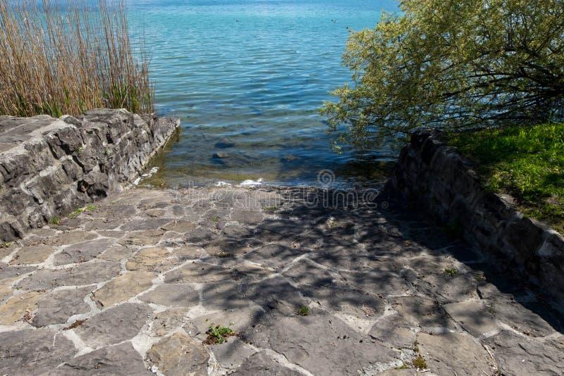 trajeto Rocha-feito para baixo para cancelar a água do lago imagens de stock royalty free