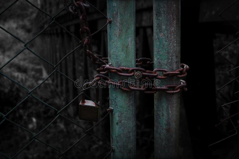 Trajeto velho da fechadura da porta à escuridão fotografia de stock