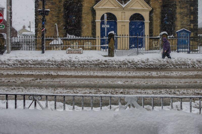 Trajetos e estrada profundos das cidades da coberta da neve no inverno fotografia de stock royalty free