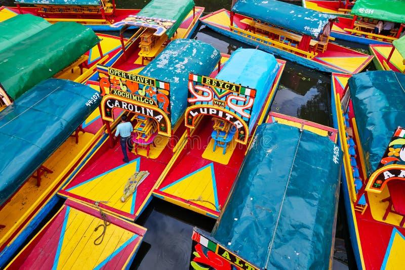 Trajineras amarró en Xochimilco con el hombre en el barco foto de archivo