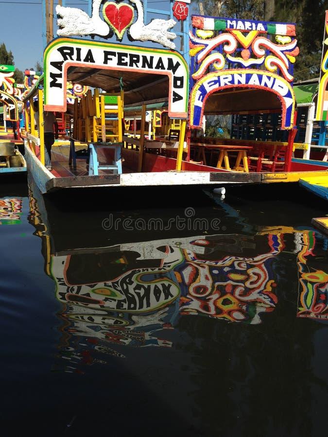 Trajineras coloré flottant sur des canaux de Xochimilco images stock