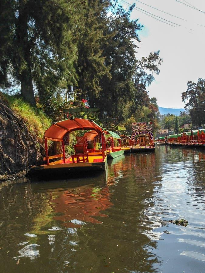 Trajineras le long des canaux de Xochimilco photographie stock