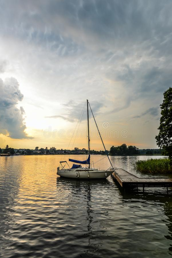 Trakai湖美好的夏天风景和一点体育乘快艇 湖和日落天空 免版税库存照片