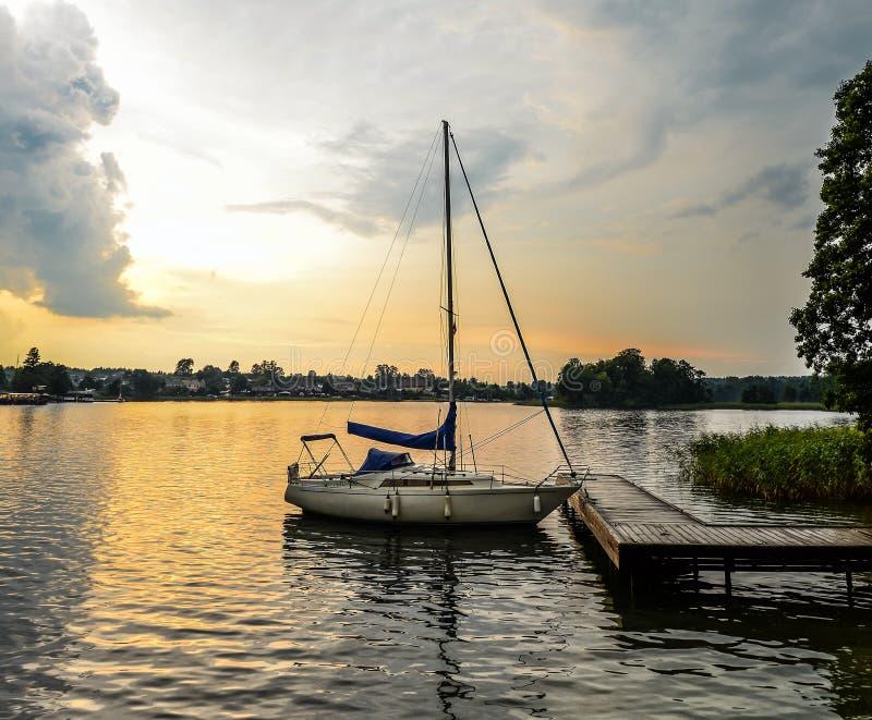 Trakai湖美好的夏天风景和一点体育乘快艇 湖和日落天空 库存照片