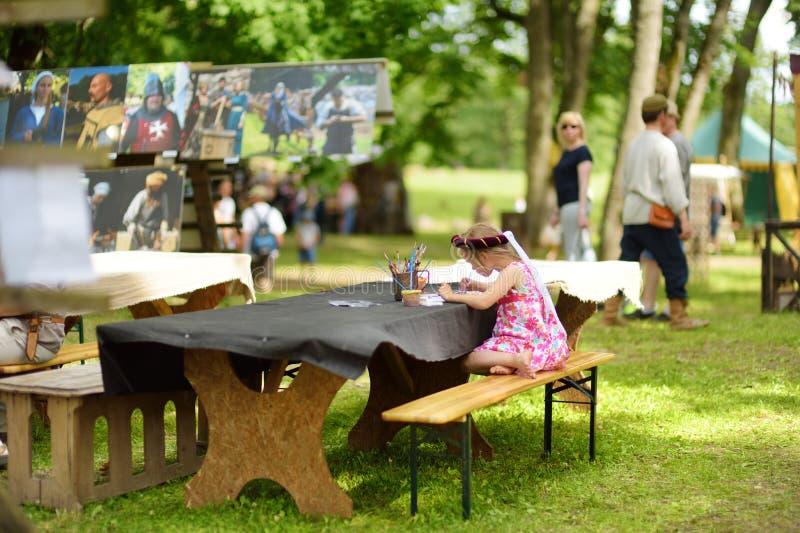 TRAKAI, ЛИТВА - 16-ОЕ ИЮНЯ 2018: Дети имея потеху во время ежегодного средневекового проведенного фестиваля, в замке Trakai полуо стоковые изображения rf