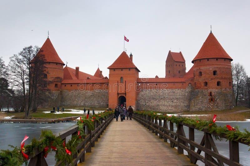 TRAKAI, ЛИТВА - 2-ОЕ ЯНВАРЯ 2013: Взгляд замка острова Trakai стоковые фотографии rf