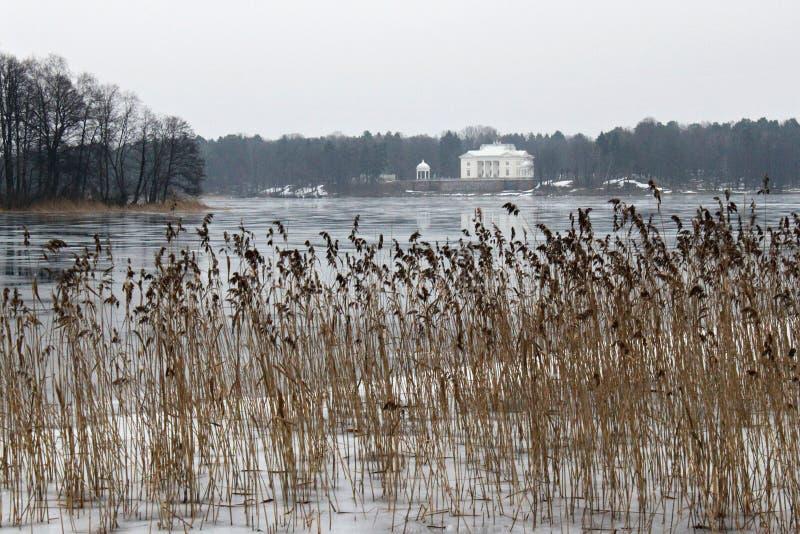 TRAKAI, ЛИТВА - 2-ОЕ ЯНВАРЯ 2013: Взгляд зимы поместья озера Galve и дворца Uzutrakis бывшего жилого стоковая фотография rf