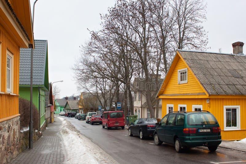 TRAKAI, ЛИТВА - 2-ОЕ ЯНВАРЯ 2013: Традиционные деревянные дома в центре Trakai стоковые изображения