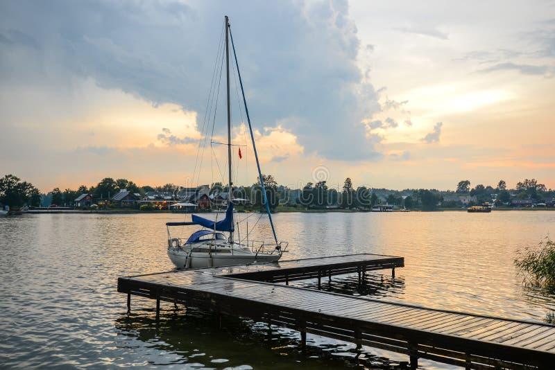 Trakai, Litauen - 15. August 2017: Schöne Abendsommerlandschaft von Trakai See und wenig Sport yacht nahe hölzernem Pier stockfoto