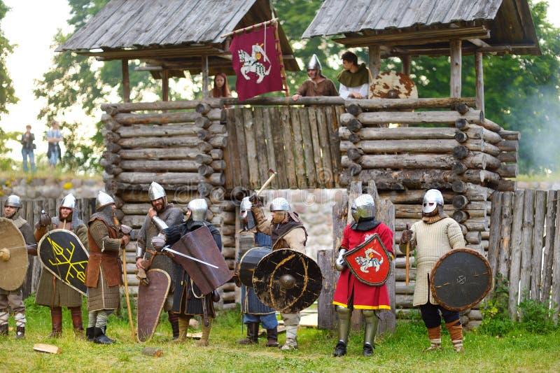 TRAKAI LITAUEN - JUNI 16, 2018: Bärande riddaredräkter för folk under historisk reenactment på den årliga medeltida festivalen so royaltyfria bilder