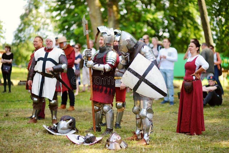 TRAKAI LITAUEN - JUNI 16, 2018: Slåss bärande riddaredräkter för folk under historisk reenactment på årlig medeltida festival arkivbilder