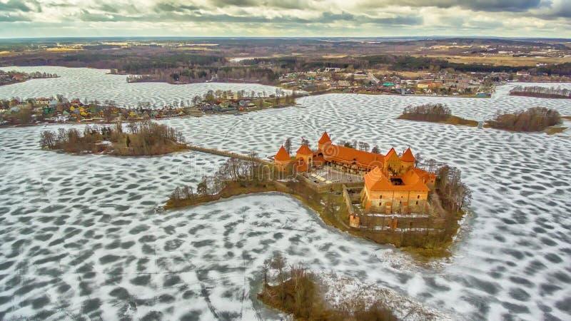 Trakai, Lithuania: powietrznej zimy UAV odgórny widok, mieszkanie nieatutowy gothic wyspa kasztel i miasto Trakai, fotografia royalty free