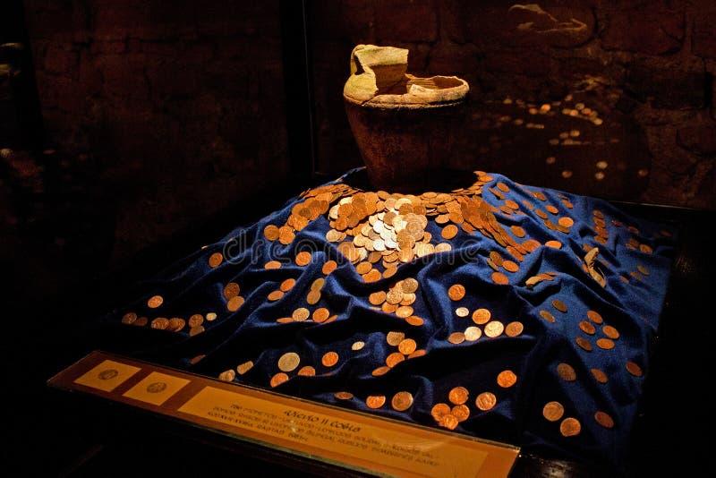 TRAKAI, LITUÂNIA - 2 DE JANEIRO DE 2013: Moedas douradas medievais antigas no museu histórico em Trakai fotografia de stock royalty free