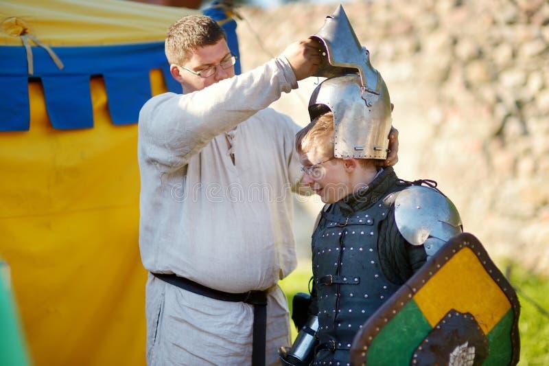 TRAKAI, LITUÂNIA - 16 DE JUNHO DE 2018: Ativistas históricos do reenactment que vestem trajes medievais durante o festival mediev fotografia de stock