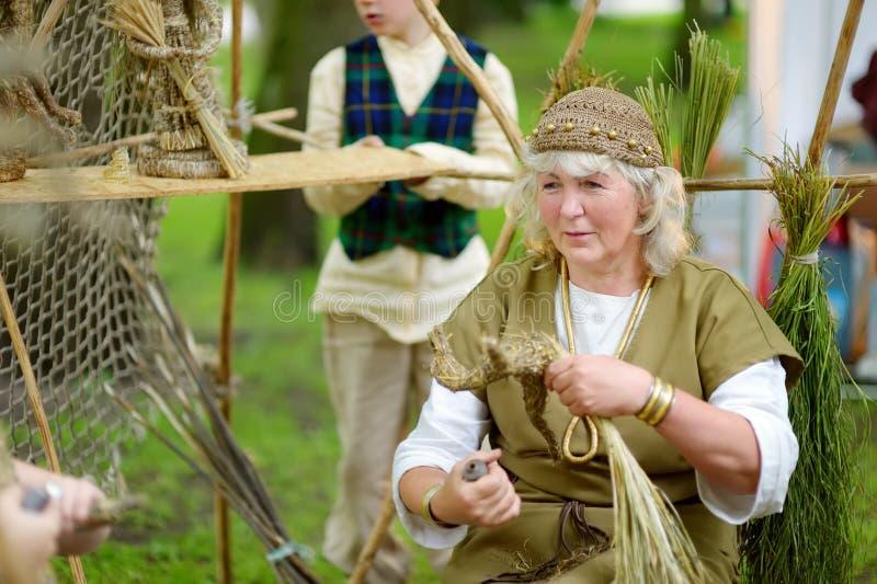 TRAKAI, LITUÂNIA - 16 DE JUNHO DE 2018: Ativistas históricos do reenactment que vestem trajes medievais durante o festival mediev imagem de stock royalty free