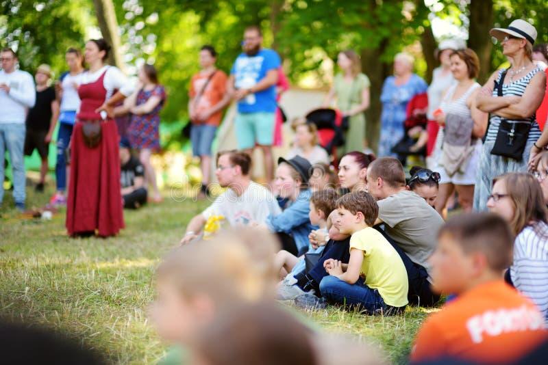 TRAKAI, LITUÂNIA - 16 DE JUNHO DE 2018: Crianças e adultos que apreciam o reenactment histórico no festival medieval anual, reali fotos de stock
