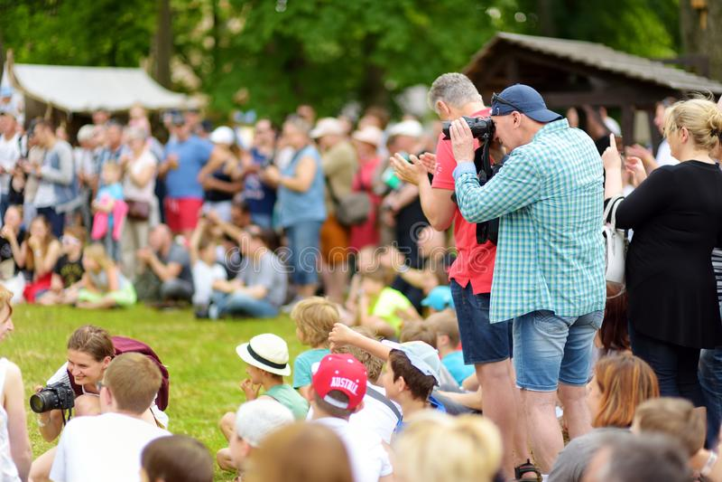 TRAKAI, LITUÂNIA - 16 DE JUNHO DE 2018: Crianças e adultos que apreciam o reenactment histórico no festival medieval anual, reali foto de stock