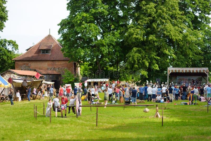 TRAKAI, LITUÂNIA - 16 DE JUNHO DE 2018: Crianças e adultos que apreciam o reenactment histórico no festival medieval anual, reali imagem de stock