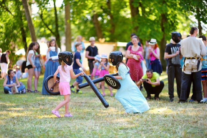 TRAKAI, LITUÂNIA - 16 DE JUNHO DE 2018: Crianças que têm o divertimento durante o festival medieval anual, guardado no castelo pe fotografia de stock royalty free