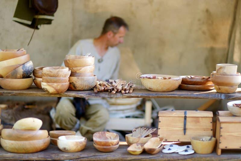 TRAKAI, LITUÂNIA - 16 DE JUNHO DE 2018: Kitchenware de madeira e utensílios vendidos na tenda do mercado durante o festival medie imagem de stock