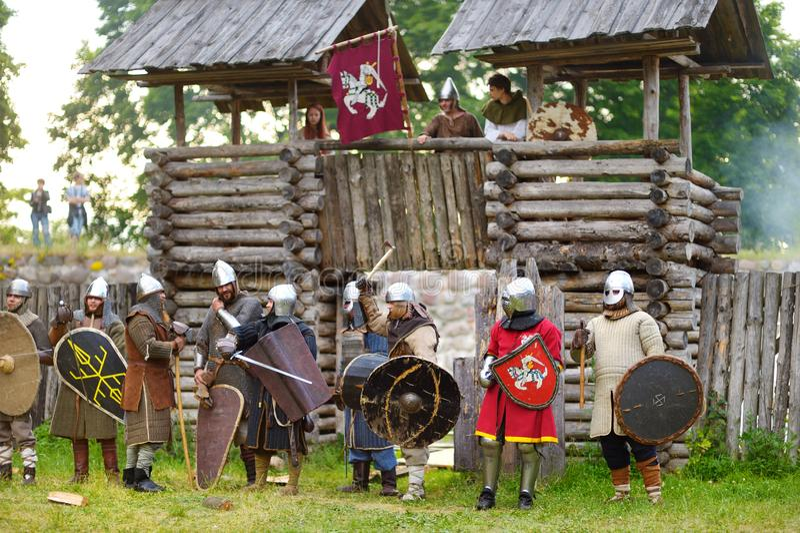 TRAKAI, LITUÂNIA - 16 DE JUNHO DE 2018: Trajes vestindo do cavaleiro dos povos durante o reenactment histórico no festival mediev imagens de stock royalty free