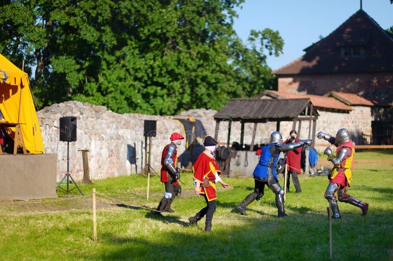 TRAKAI, LITUÂNIA - 16 DE JUNHO DE 2018: Trajes vestindo do cavaleiro dos povos durante o reenactment histórico no festival mediev fotografia de stock royalty free