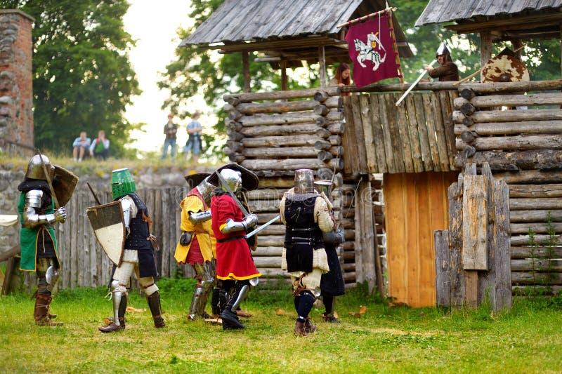 TRAKAI, LITUÂNIA - 16 DE JUNHO DE 2018: Trajes vestindo do cavaleiro dos povos durante o reenactment histórico no festival mediev imagem de stock