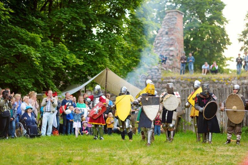 TRAKAI, LITUÂNIA - 16 DE JUNHO DE 2018: Trajes vestindo do cavaleiro dos povos durante o reenactment histórico no festival mediev imagens de stock