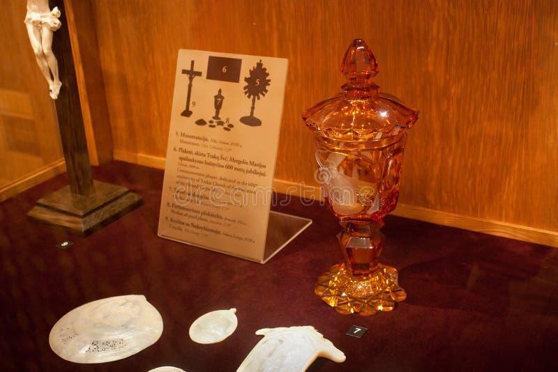 TRAKAI, LITUANIA - 2 DE ENERO DE 2013: Cáliz anaranjada con la tapa en museo del arte sagrado imagen de archivo