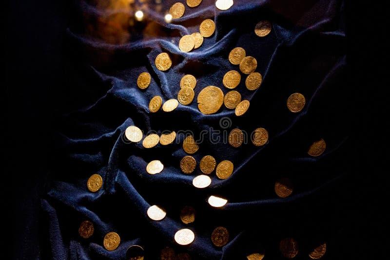 TRAKAI, LITUANIA - 2 DE ENERO DE 2013: Monedas de oro medievales antiguas en el museo histórico fotos de archivo libres de regalías