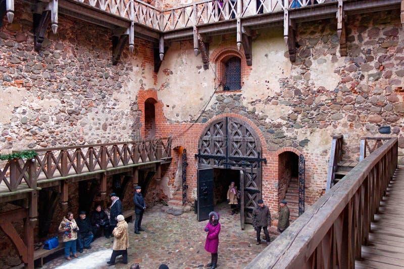 TRAKAI, LITUANIA - 2 DE ENERO DE 2013: Yarda interna del castillo de la isla de Trakai foto de archivo libre de regalías
