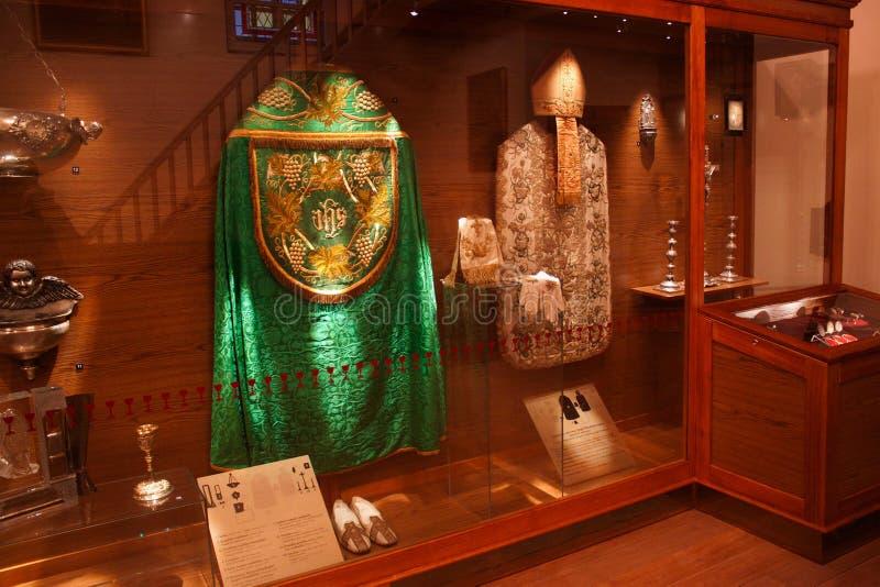 TRAKAI, LITUANIA - 2 GENNAIO 2013: Abiti da cerimonia storici dei preti cattolici in museo di arte sacra fotografia stock libera da diritti