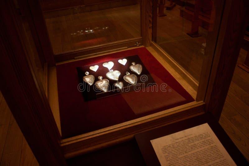 TRAKAI, LITUANIA - 2 GENNAIO 2013: Cuori d'argento del metallo nella mostra del museo di arte sacra fotografie stock