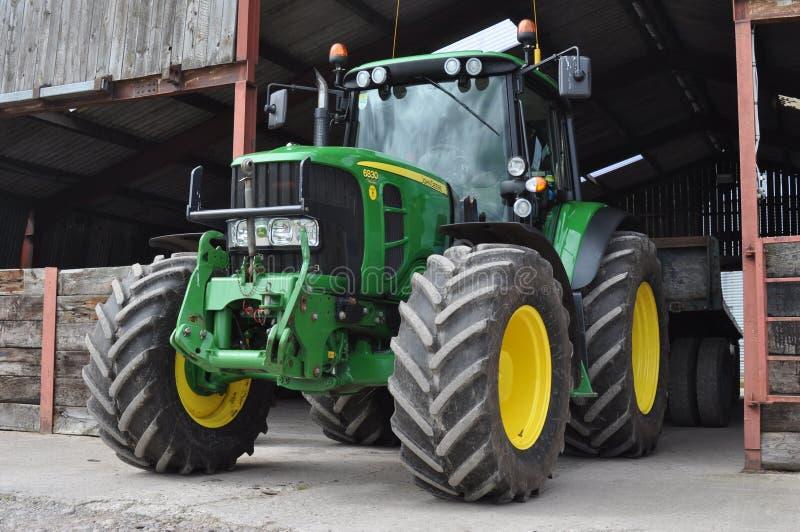 Traktor auf dem Bauernhof stockfoto