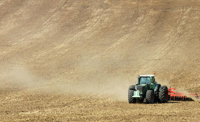 Traktor auf dem Feld stockbild