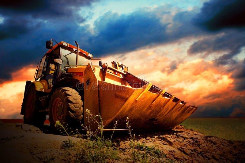 Traktor auf dem Gebiet stockbilder