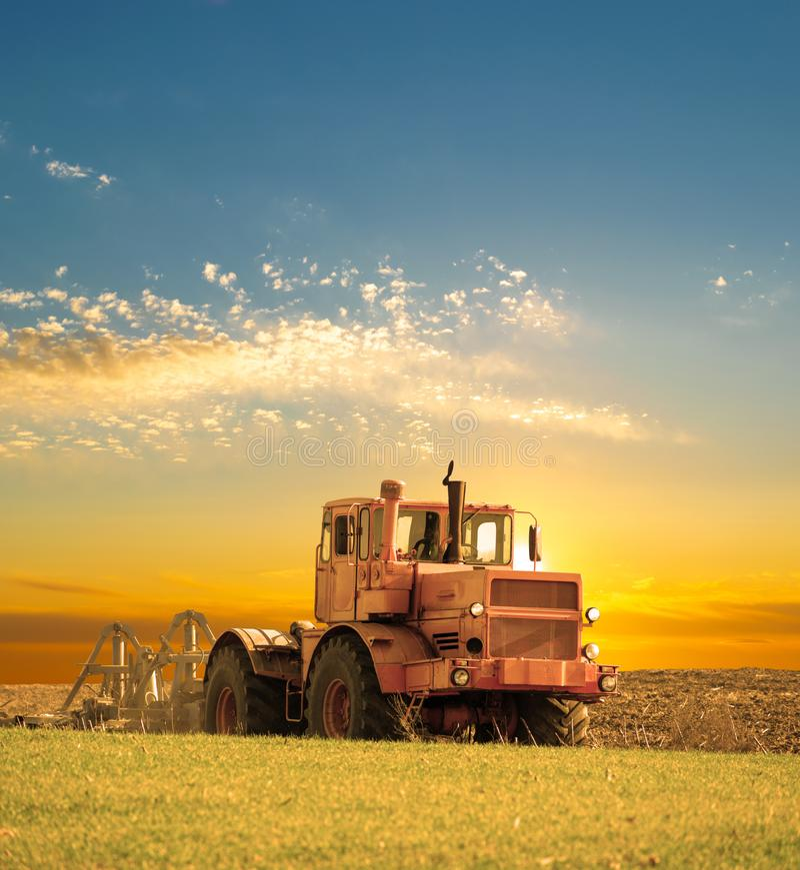 Traktor auf dem Gebiet lizenzfreie stockfotografie