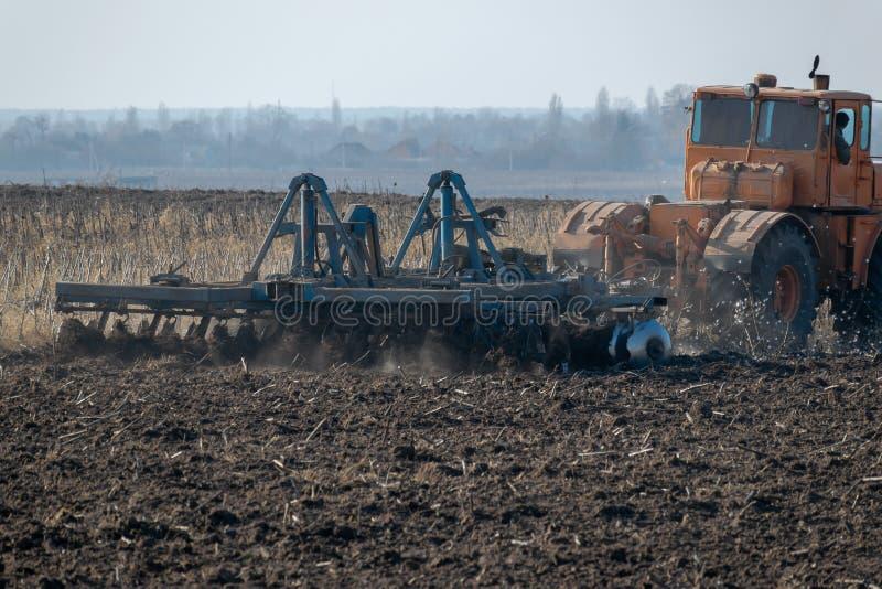 Traktor auf dem Gebiet stockbild