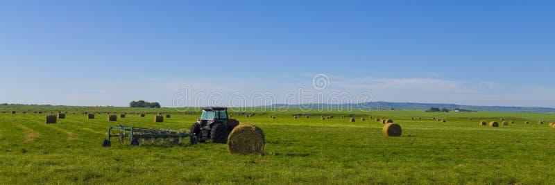 Traktor auf dem kanadischen Grasland lizenzfreie stockbilder