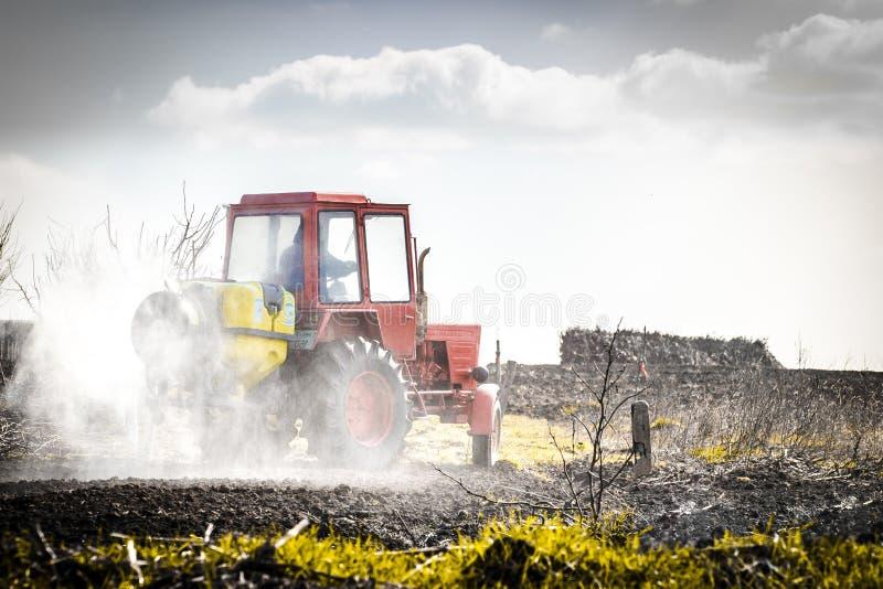 Traktor auf einem Gebiet lizenzfreies stockfoto