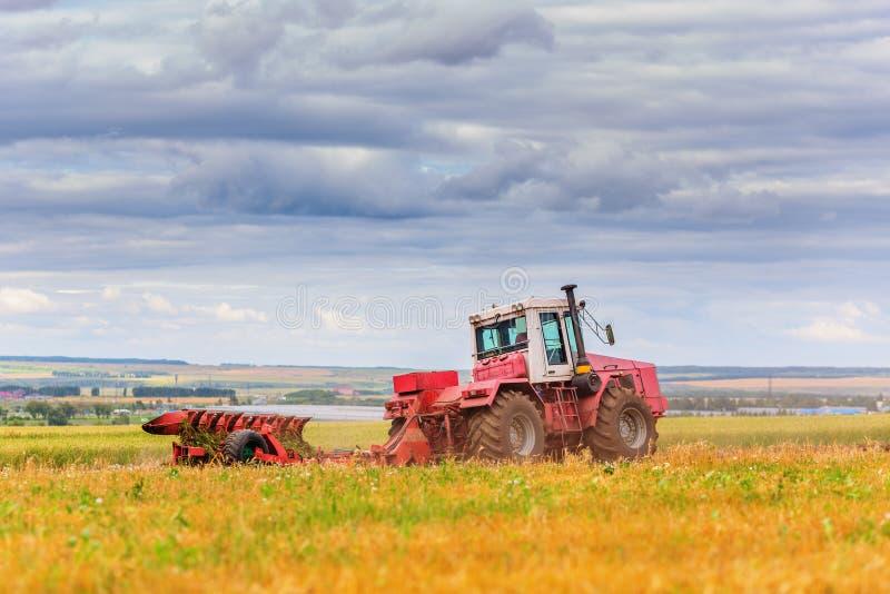 Traktor auf Feld stockbilder