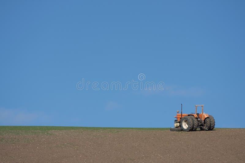 Traktor auf gepflogenem Feld lizenzfreie stockfotografie