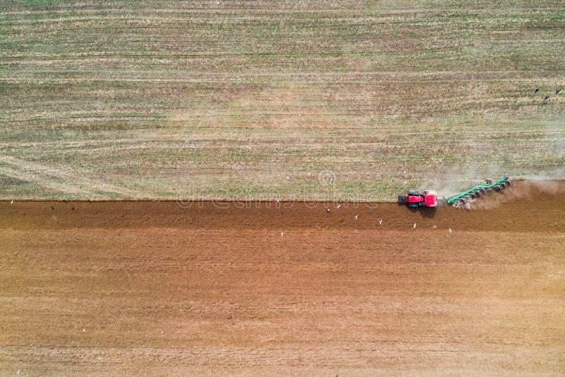 Traktor, der auf dem Gebiet arbeitet stockfotografie