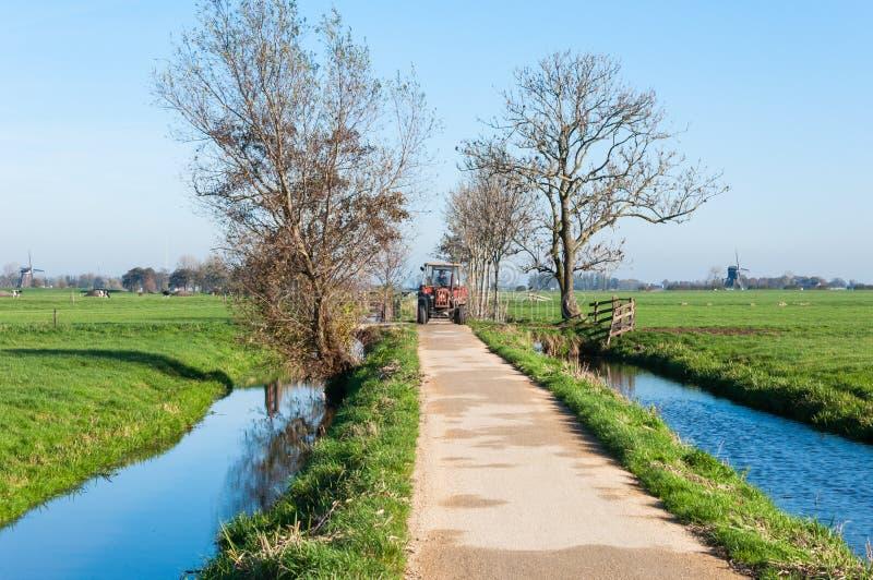Download Traktor, Der Auf Eine Kleine Landstraße Antreibt Stockbild - Bild von nachmittag, europa: 27727287